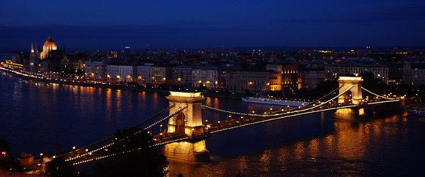 ブダペストの夜景(ブダ地区よりドナウ川と国会議事堂を望む)